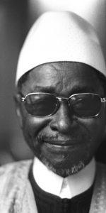 Amadou-Hampate-Ba-12-avril-1975-Paris-lors-remise-grand-prix-litteraire-Afrique-noire-pour-livre-L-Etrange-Destin-Wangrin_0_730_1152