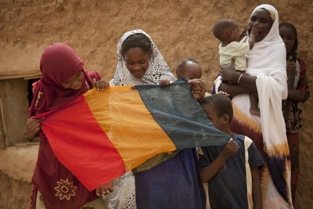 Malian girls hold the Malian flag in Kidal, North of Mali. Photo MINUSMA/Marco Dormino